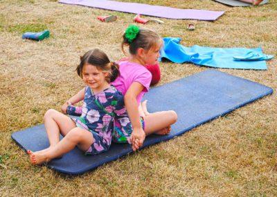 Activiteiten kinderyoga grote ronde tent, yurt, camping Brénazet, Allier, Auvergne