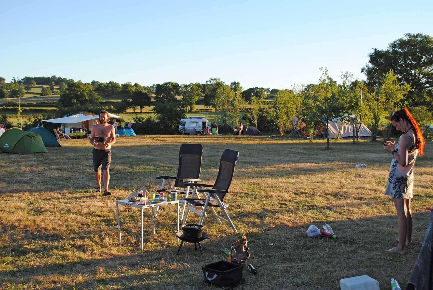 kleinschalige camping - overzicht met kampeerders, grote ronde tent, yurt, camping Brénazet, Allier, Auvergne